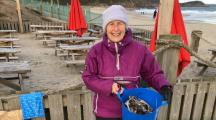 A 70 ans, elle nettoie les plages pour lutter contre la pollution plastique (Vidéo)