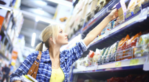 Une femme dans un supermarché