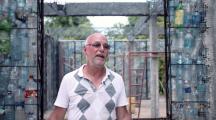 Panama : un homme construit des maisons écolo à partir de bouteilles en plastique