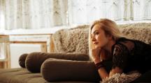 femme sur son canapé