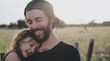 un père et sa fille à la campagne