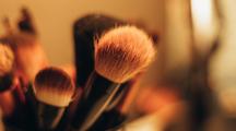 Un brin moins souples, les pinceaux en poils synthétiques permettent tout aussi bien d'appliquer le fond de teint, l'anticerne, ou encore le rouge à lèvres