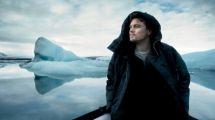 Leonardo DiCaprio devant un iceberg