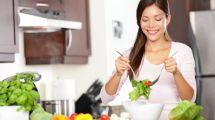 une femme mange de la salade
