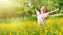 une femme dans un champs