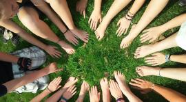 Ensemble d'enfant formant un cercle avec leurs mains