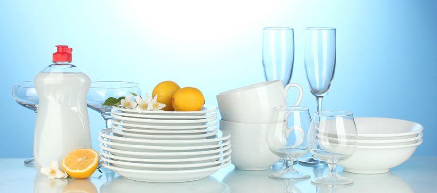 Composition avec vaisselle propre et produits d'entretien