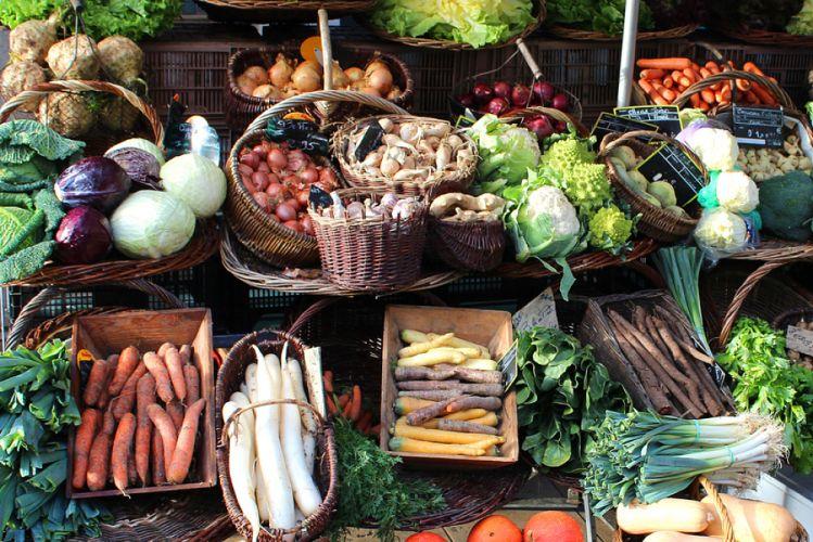 Étal de légumes d'hiver disposés dans différents paniers
