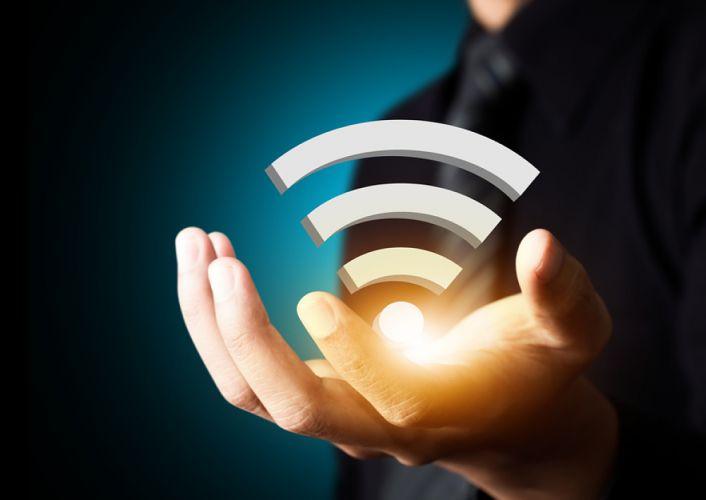 Ondes wifi émanant d'une main tendue