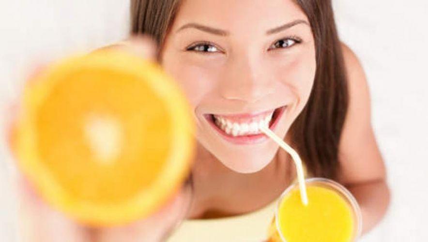 Jeune femme buvant un jus de fruit