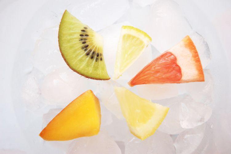 kiwi et agrumes déposés sur des glaçons