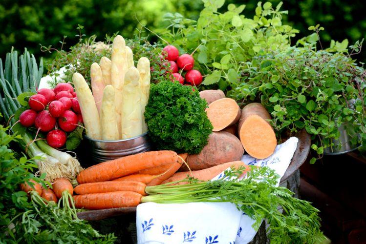 fruits et légumes de printemps déposés sur une table