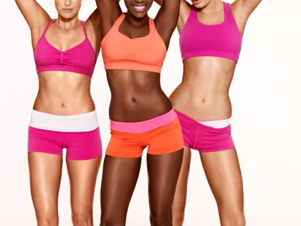 Trois femmes musclées posant en sous-vêtements de sport
