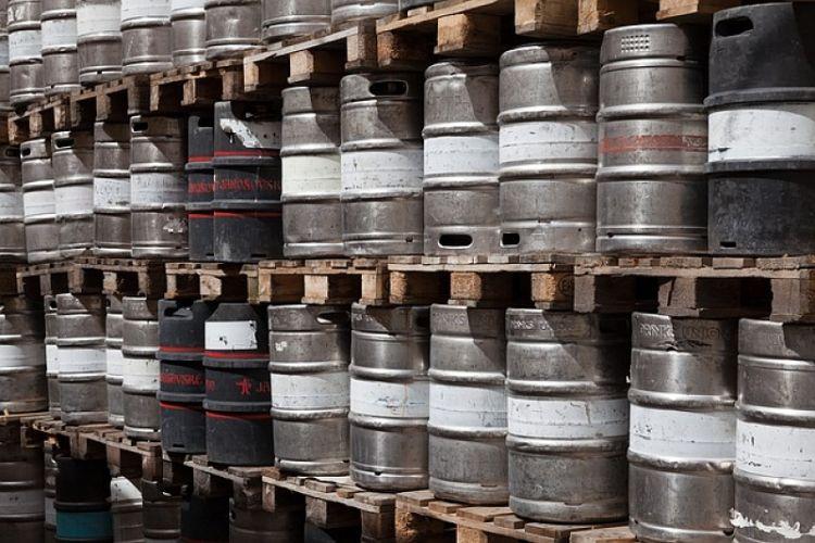 Successions de barils en métal