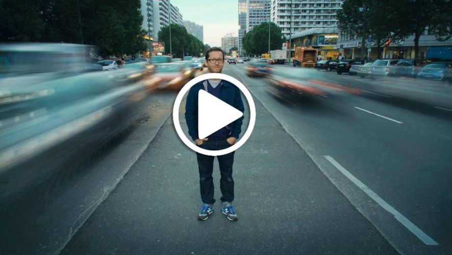 Homme debout au milieu d'une route