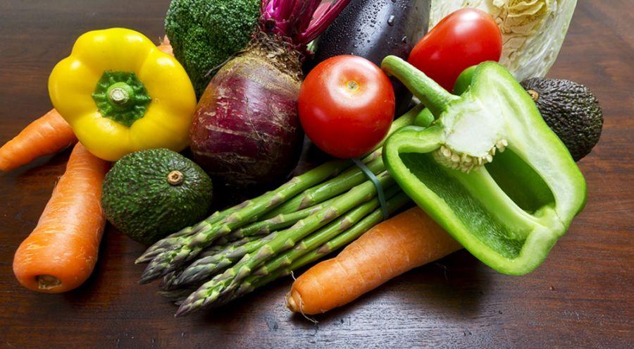 fruits et légumes posés sur une table
