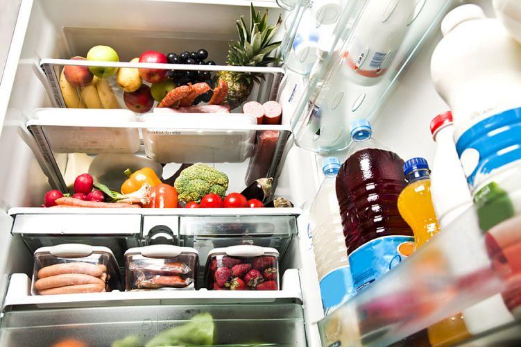 Réfrigérateur ouvert et rempli d'aliments