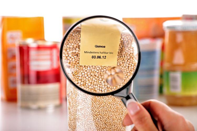 observation à la loupe de la date de péremption d'un paquet de quinoa