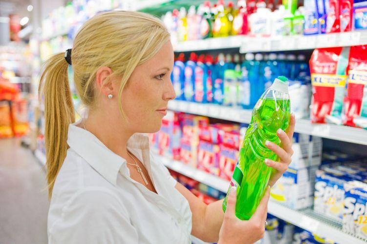 Femme analysant une lessive en magasin