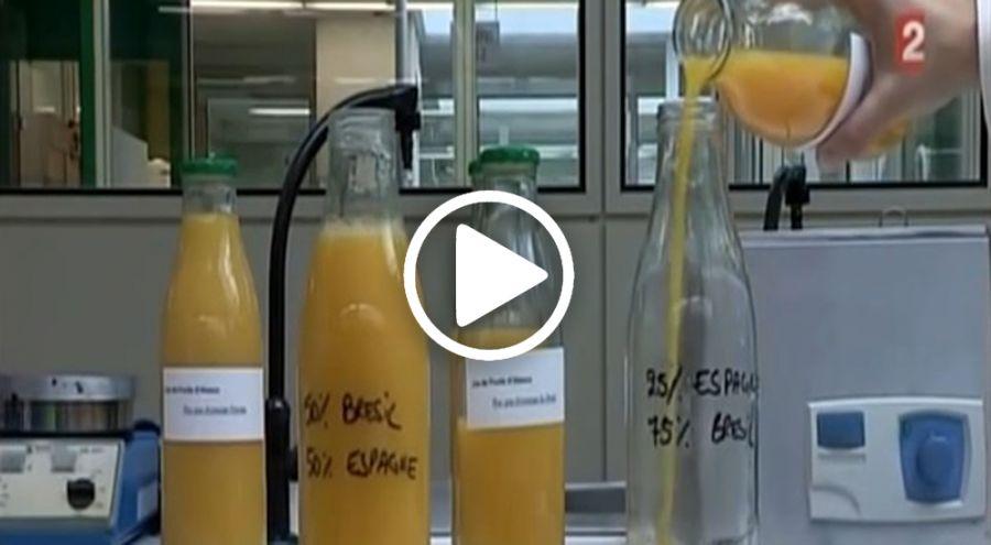Plusieurs bouteilles de jus d'orange en train d'être analysées en laboratoire