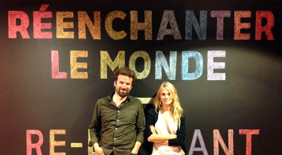 Cyril Dion et Mélanie Laurent posent devant un message