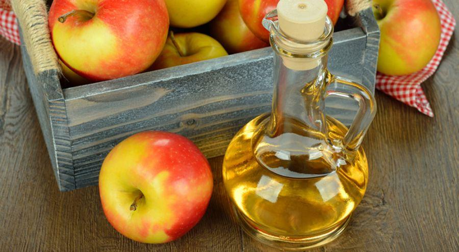 Vinaigre de pomme posé sur une table en bois