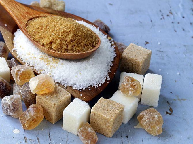 sucre en poudre et morceaux de sucre bruns et blancs