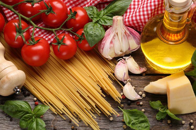 Aliments composant le régime méditerranéen : tomates, pâtes, ail, huile d'olive, basilic