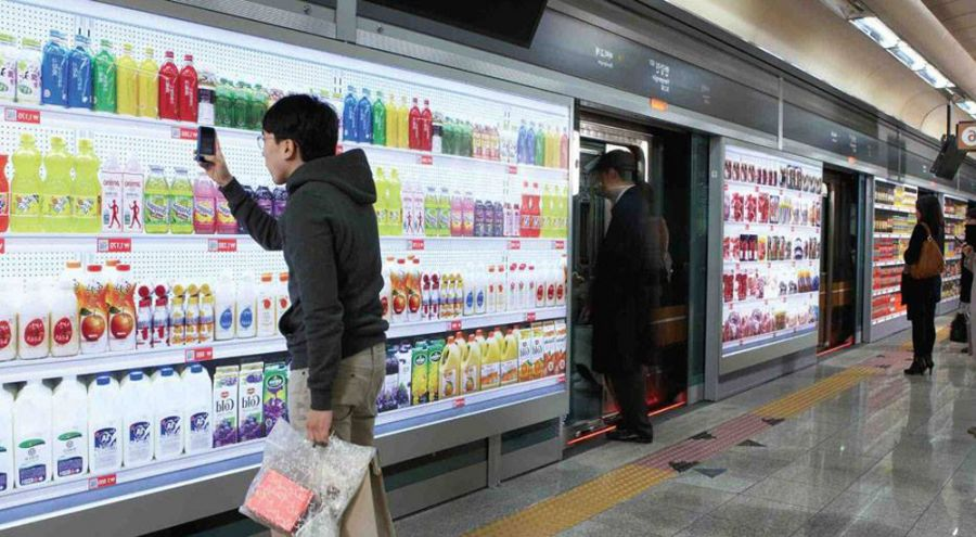 Coréen scannant un produit dans une station de métro