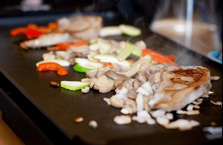 Poulet et légumes cuisinés à la plancha