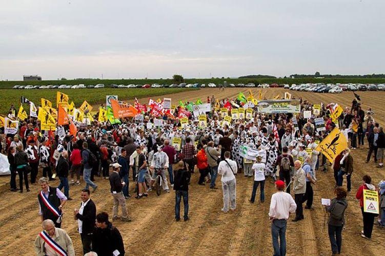 Les opposants bloquent partiellement le site de la ferme des 1000 vaches