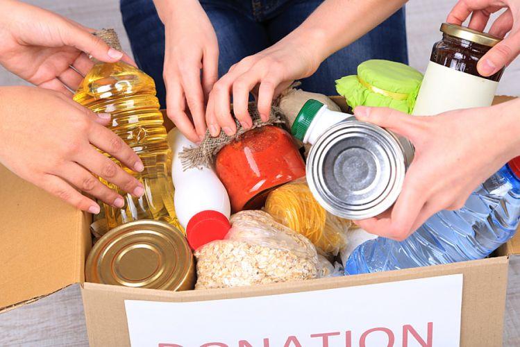 personnes se servant dans un carton de denrées alimentaires