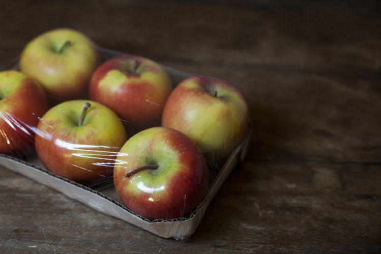 Lot de 6 pommes emballées dans un carton et du plastique