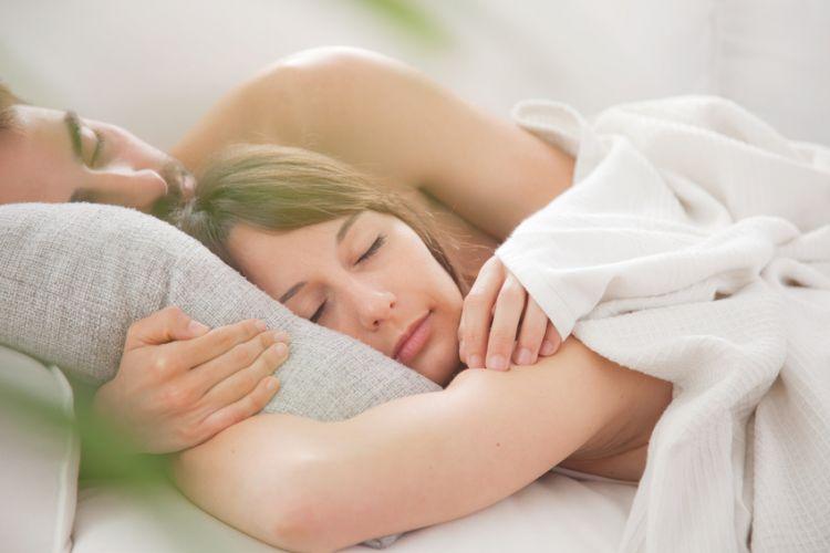 Couple dormant paisiblement dans un lit