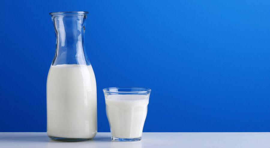 Bouteille et verre de lait posés sur une table