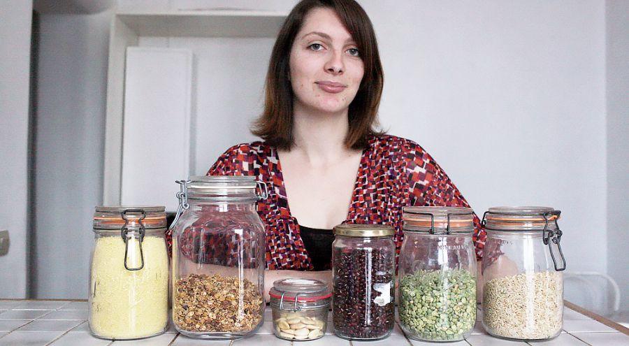 Pauline Imbault présente ses produits achetés en vrac