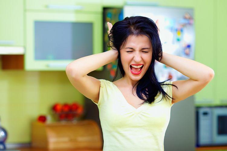 Femme se bouchant les oreilles