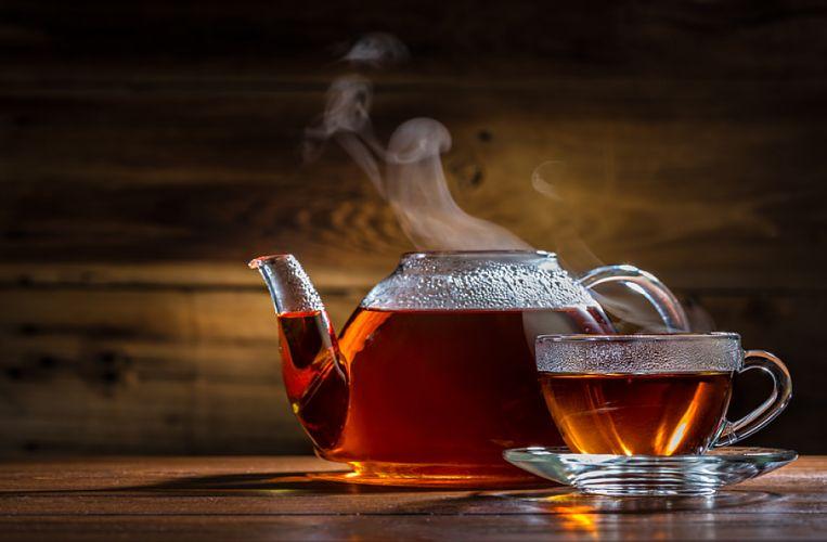 Théière et tasse de thé fumantes
