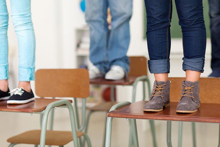 Chaussures d'adolescents debout sur des bureaux