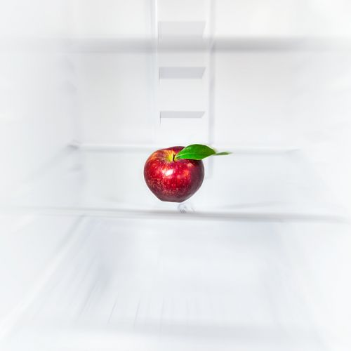 pomme rouge dans un réfrigérateur vide