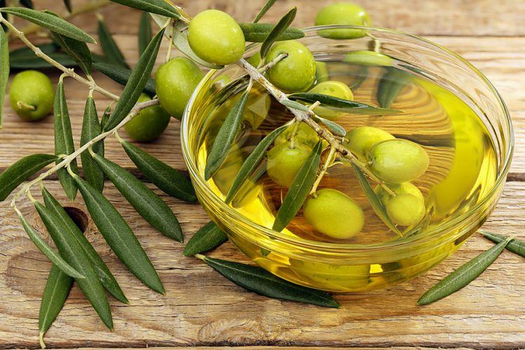 Bol d'huile d'olive et olives vertes