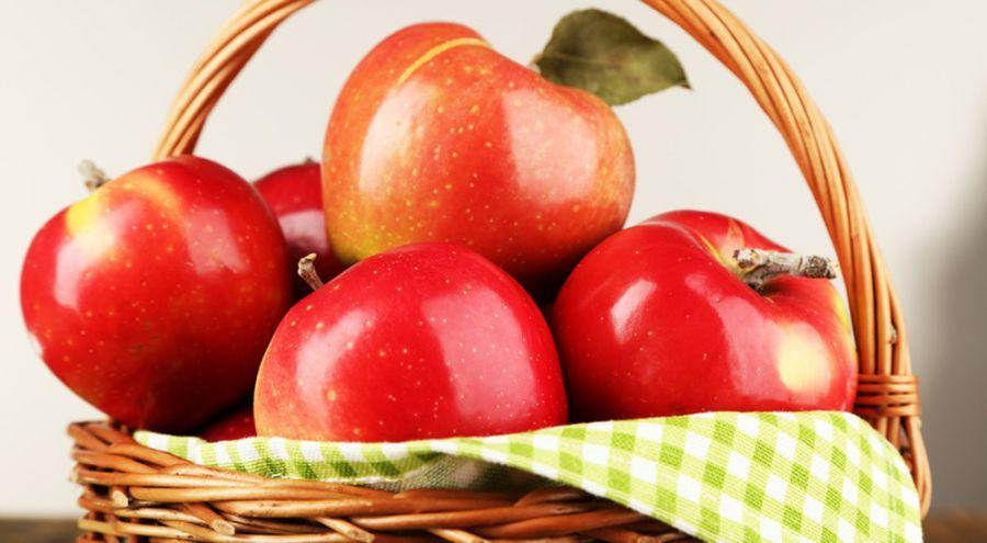 panier de pommes rouges