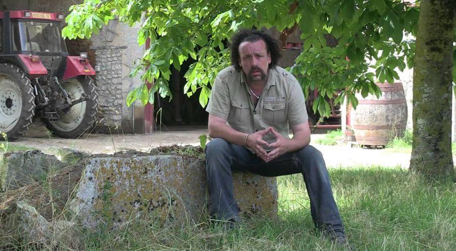 Benoît Biteau assis dans sa ferme de Poîtou Charantes