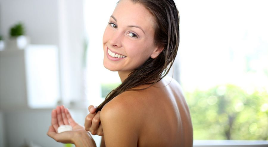 Femme d'âge mature sous la douche