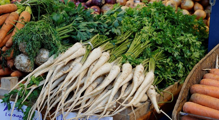Bottes de persil tubéreux sur un étal de marché