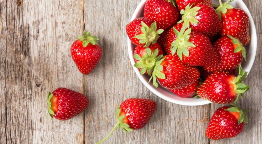 Petite barquette de fraises vue du dessus