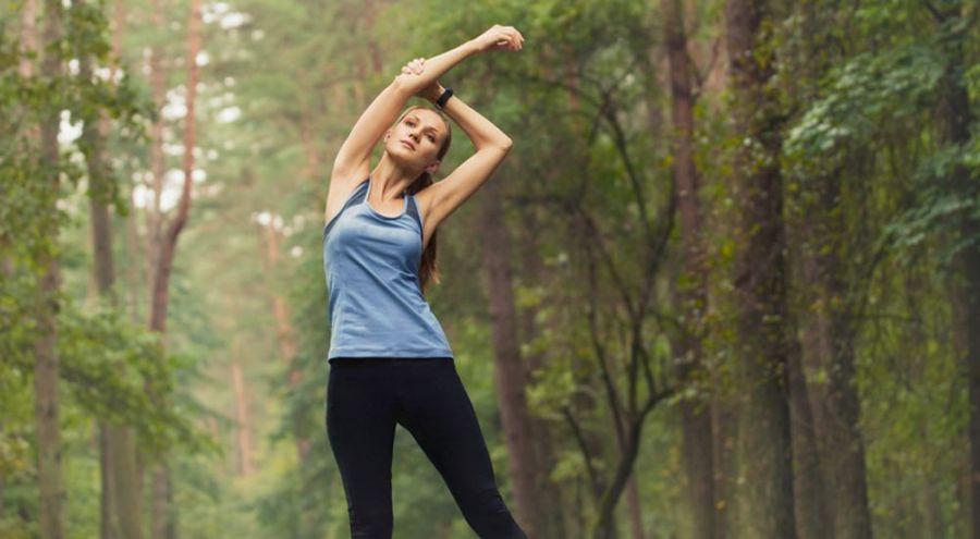 Jeune femme en tenue de sport dans une forêt