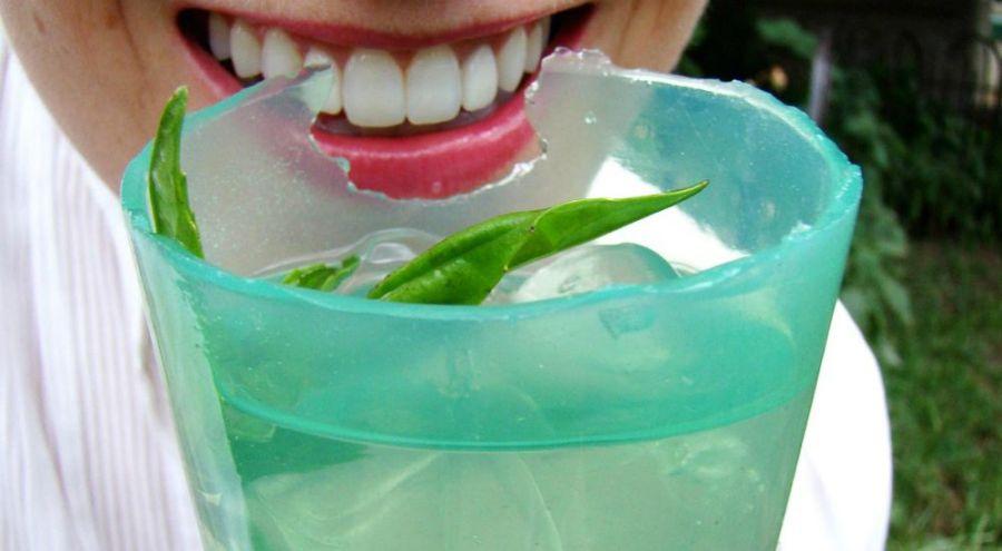 Femme croquant un verre