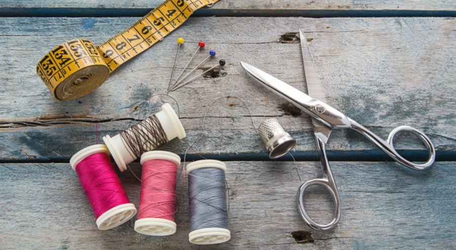 kit de couture comprenant un mètre des bobines de fil des dés à coudre et un paire de ciseaux