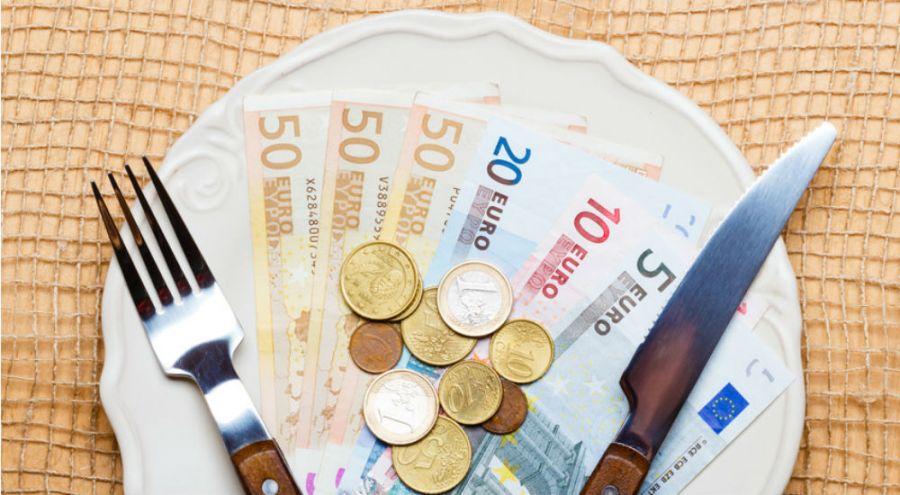 Assiette remplie de monnaie européenne